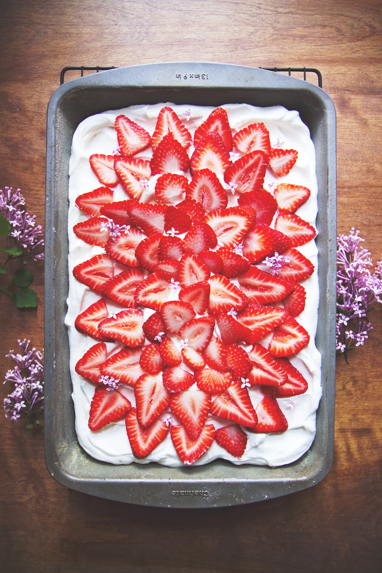 Strawberry Cream Sheet Cake | La Pêche Fraîche