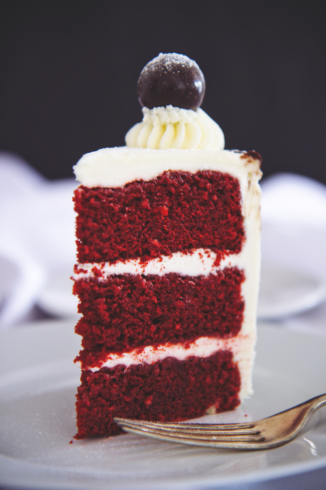Red velvet cake with cream cheese Italian meringue buttercream | La Pêche Fraîche