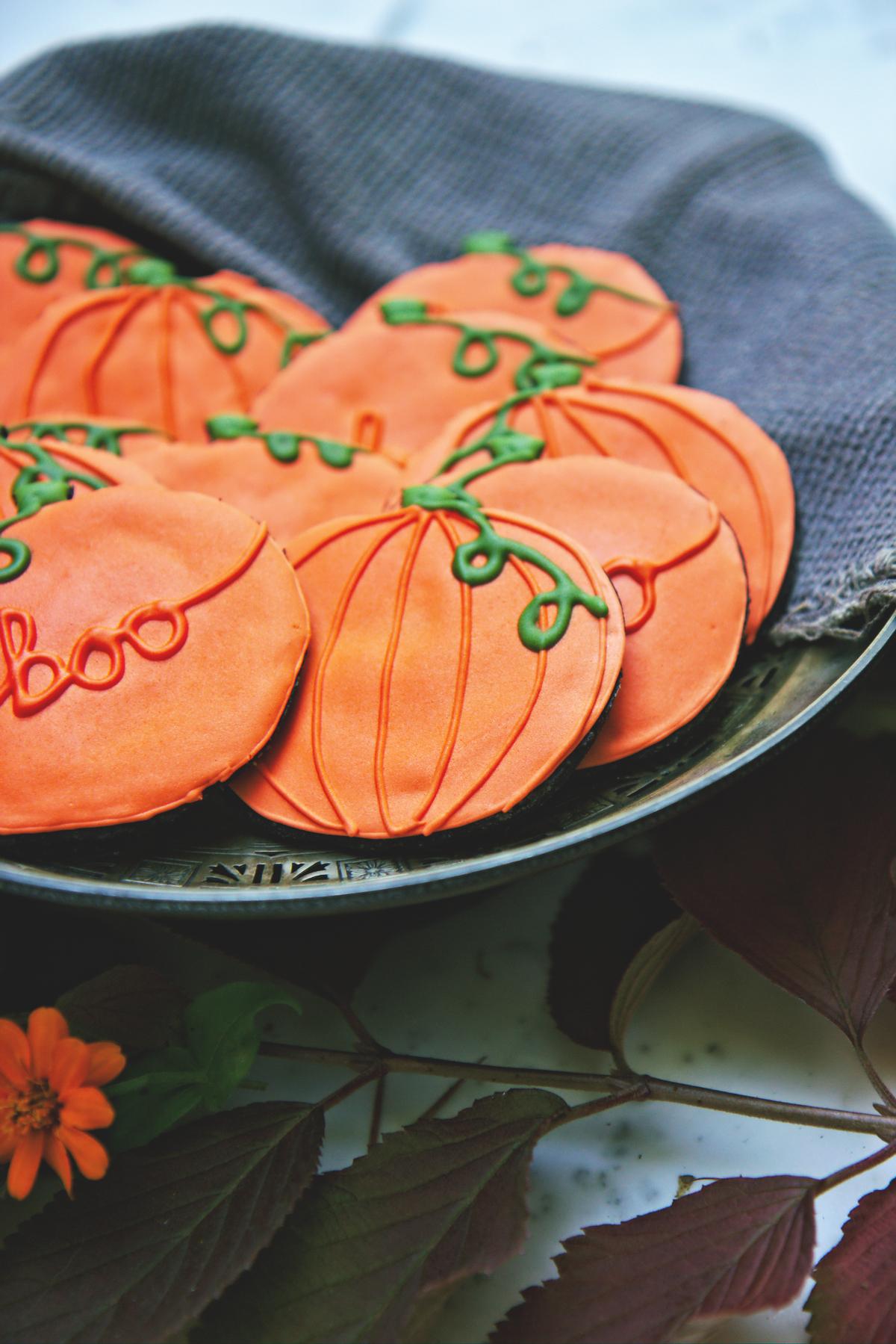 Decorated Chocolate Pumpkin Cookies | La Pêche Fraîche